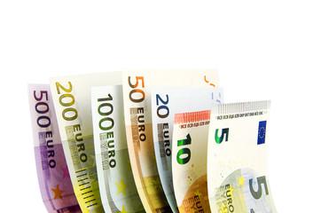 Stehende Euro- Geldscheine vor weißem Hintergrund