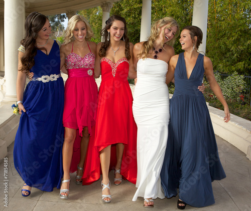 Leinwanddruck Bild Prom Girls Walking Outdoors