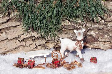 Rentier mit Schlitten im Schnee