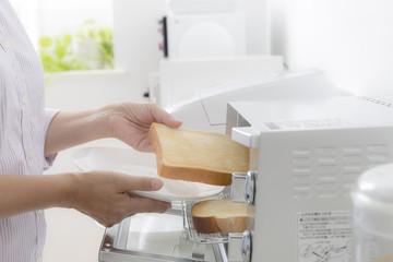 朝食のトーストを焼く