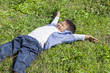 草原で遊ぶ子供