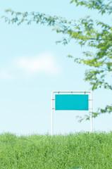 土手 野原 標識 看板 新緑