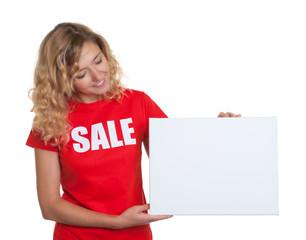 Blonde Frau im Sales-Shirt schaut auf Wertetafel