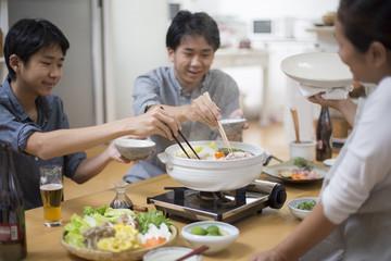 家族で囲む鍋料理