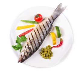 Grilled fish with lime and vegetables