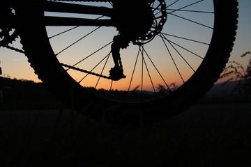 Hinterrad eines Fahrrads bei Sonnenuntergang