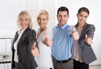 Erfolgreiche Geschäftsleute: Männer und Frauen im Team.