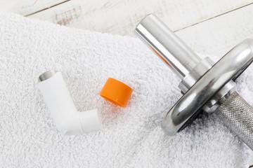Asthmaspray, Hantel auf Handtuch