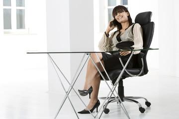 junge Frau im Büro, Studio