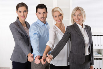 Berater Team im Büro mit Daumen hoch