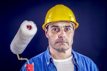 Bauarbeiter mit Malerrolle
