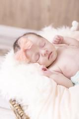 Newborn Kleine Prinzessin mit Schleife schlafend