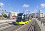 Żółty tramwaj na ulicy Brest, Francja