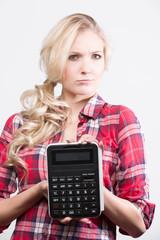 Junge Frau mit Taschenrechner