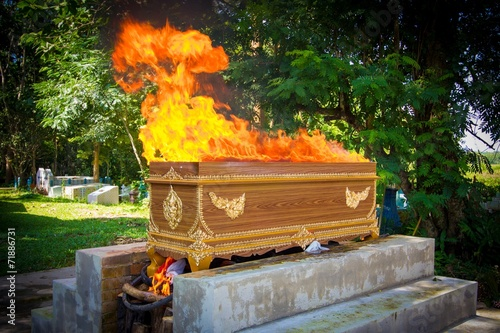 Leinwanddruck Bild fire on the coffin for cremation