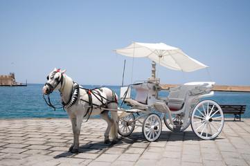 Карета с лошадью в городе Ханья на острове Крит, Греция