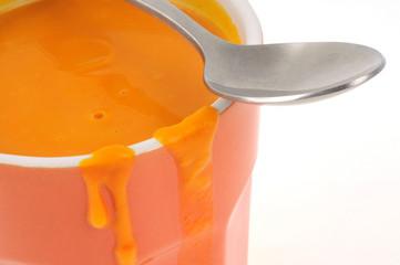 Gros plan sur une tasse de soupe de potimarron