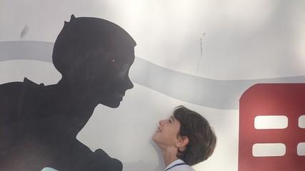 Niño mirando silueta de niño