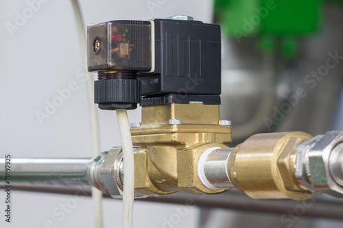Leinwanddruck Bild Magnetventil verbaut und angeschlossen