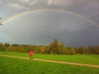 Frau mit Regenbogen