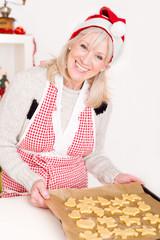 Ältere Dame in der Weihnachtsbäckerei