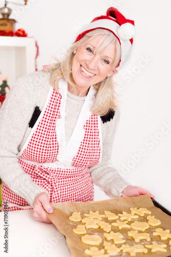 canvas print picture Ältere Dame in der Weihnachtsbäckerei