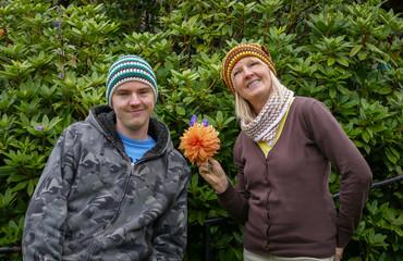 Mutter mit Sohn und Blume
