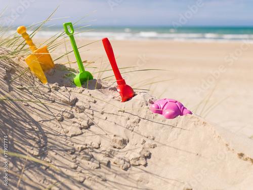 canvas print picture Sandspielzeug im Sand am Strand