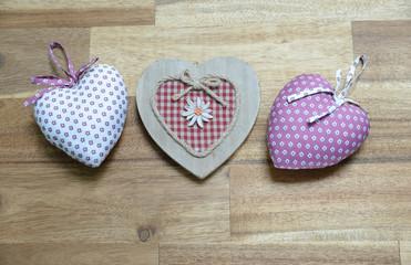 drei Herzen auf Holz