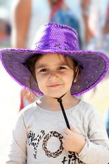 bimba con cappello