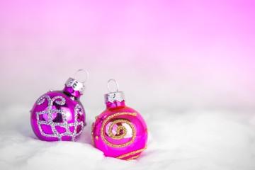 Lila-violette Weihnachtskugeln