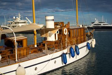Yachthafen mit Segelboot