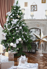 Daily interior in light tones decked out with Christmas tree