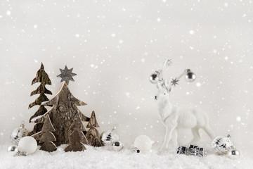 Weihnachtskarte: Weißer Holz Hintergrund mit Rentier und Bäume