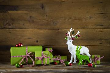 Weihnachtlicher Hintergrund in grün und rot mit Geschenke