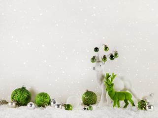 Dekoration Weihnachten in Grün und Weiß mit Rentier