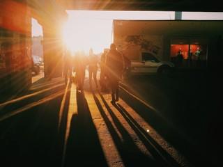 Люди в солнечных лучах