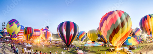 Canvas Luchtsport Bright Hot Air Balloons Glowing at Night