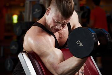 Gantel on biceps c