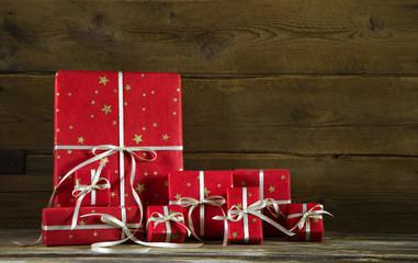 Viele rote Weihnachtsgeschenke mit weißer Schleife