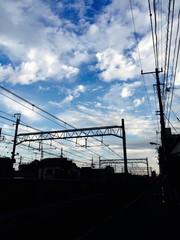 青空と京浜東北線の線路
