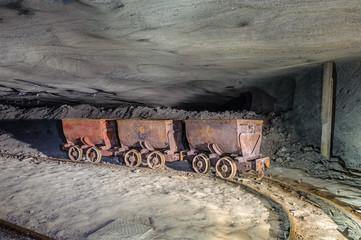Wagoniki w kopalni