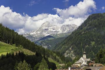 Österreichische Alpen mit Dorfkirche