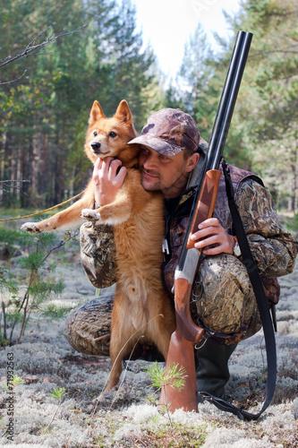 Fotobehang Jacht hunter embraces his dog