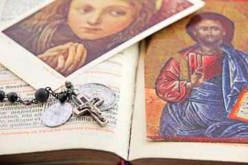 gebetbuch mit rosenkranz und bildern