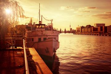 Berliner Spree mit Blick auf die Oberbaumbrücke