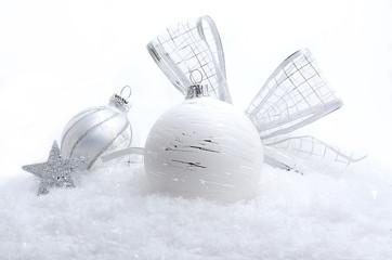Weiß-silberne Weihnachtsdeko