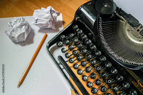 Alte Schreibmaschine mit Papier und Stift - 71936530