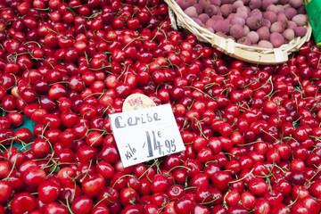 パリのマルシェ イメージ[真っ赤なチェリーの果物屋さん]marché