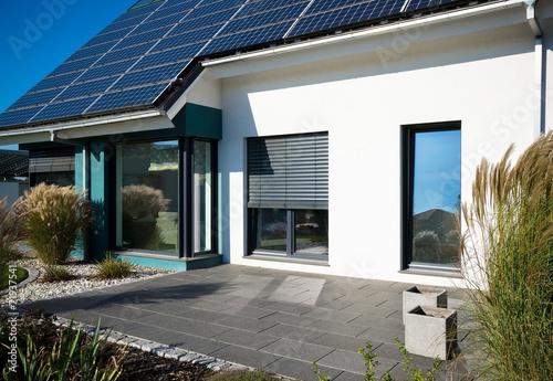 Leinwanddruck Bild Haus mit Terrasse